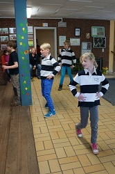 Kinder in Schulkleidung