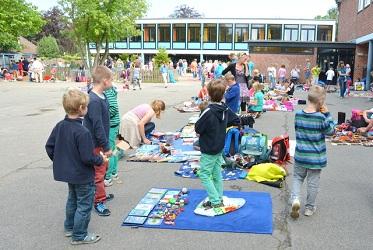 Kinder an ihren Flohmarkt-Decken