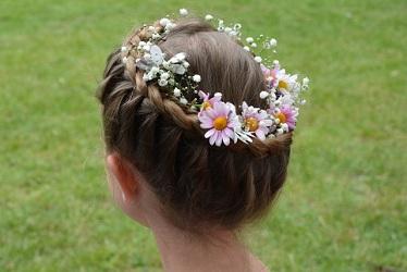 Blumenkranz im Haar