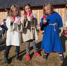Kinder in slawischem Gewand